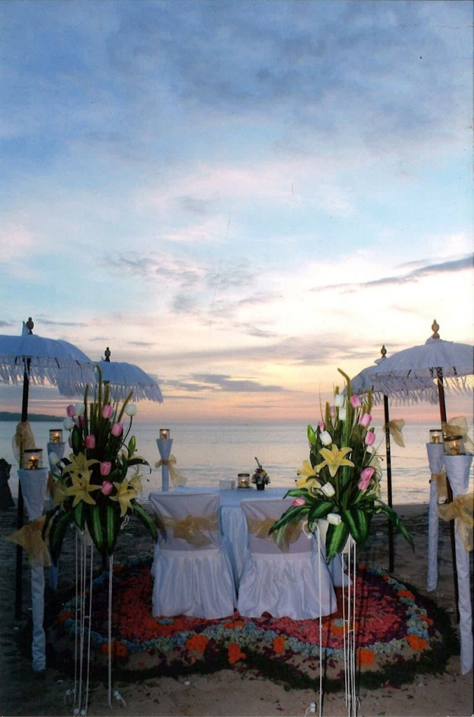 honeymoon dinner in jimbaran beachfront restaurant